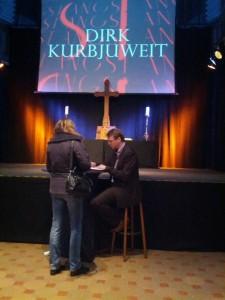 """Ich bekomme mein Exemplar von """"Angst"""" von Dirk Kurbjuweit signiert."""