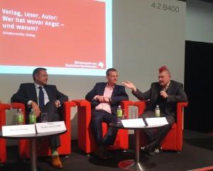 Sascha Lobo (r.) während einer Podiumsdiskussion bei der Frankfurter Buchmesse 2012